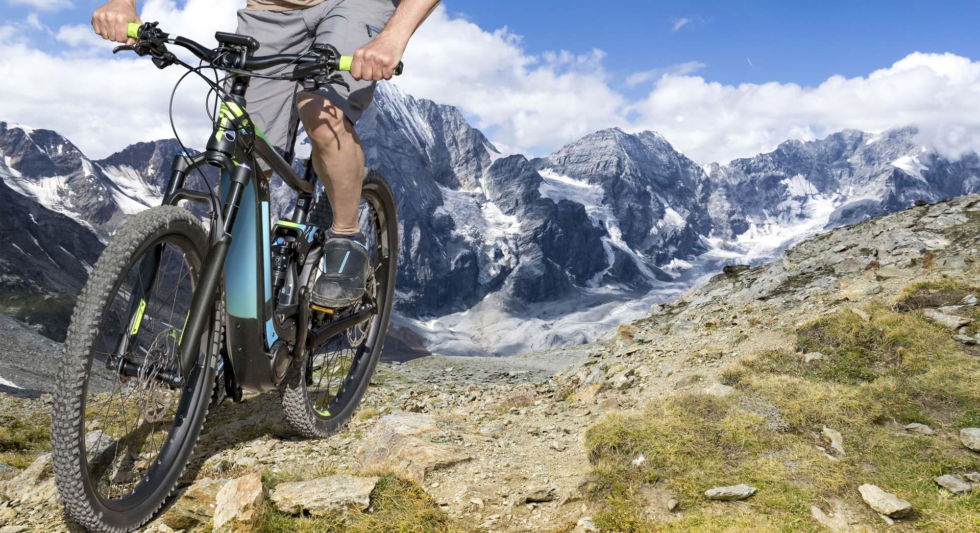 Ciclista sulle montagne del passo Tonale